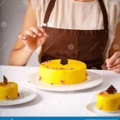Kitchen Chef Decor Leather Chairs 厨房厨师装饰了黄蛋糕库存照片 图片包括有特写镜头 食物 酥皮点心 厨房厨师由花叶子装饰了黄蛋糕