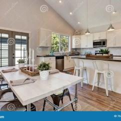 High Top Kitchen Table Set Cool Knives 厨房和餐厅内部有高拱顶式顶棚的库存图片 图片包括有庄园 内部 硬木 厨房和餐厅内部有高拱顶式顶棚的白色厨房细木家具和钢装置与典雅的设置的餐桌西北 美国
