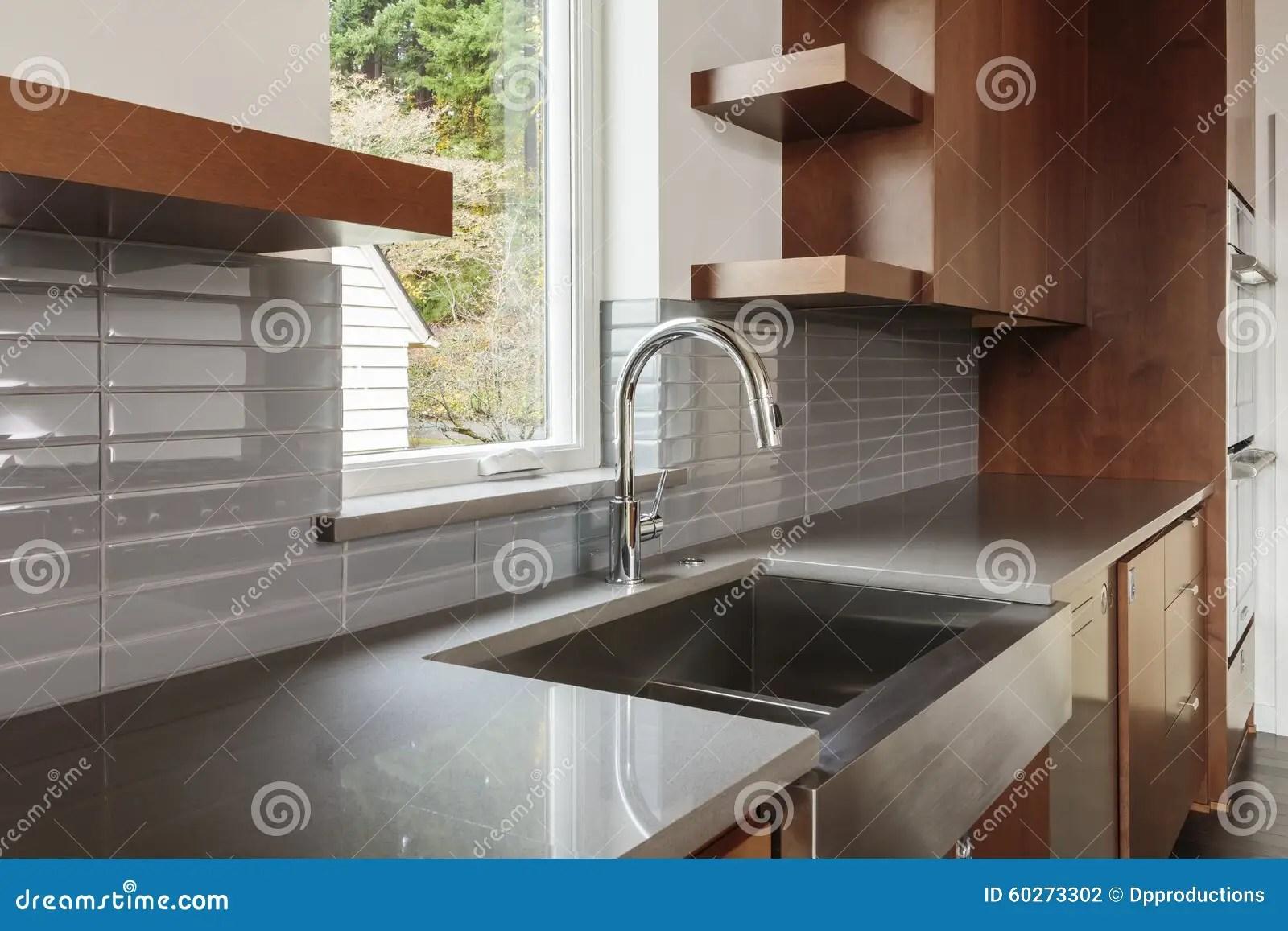 brown kitchen sink american standard faucet 厨房和水槽侧视图库存照片 图片包括有干净 烤箱 厨房 机柜 水槽 厨房和水槽侧视图