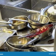 Kitchen Bistro Table Pub Style 厨房在餐馆 水槽用肮脏的金属盘填装了库存照片 图片包括有金属 差别 水槽用肮脏的金属盘填装了