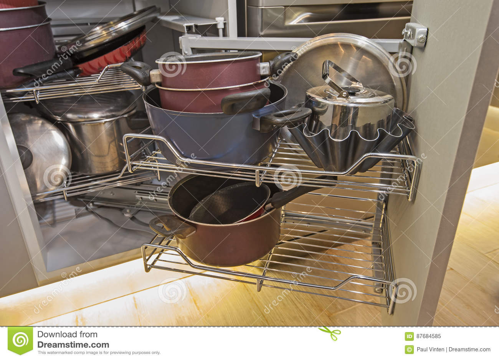 kitchen shelf decor cabinet cost 厨房室内设计角落碗柜细节库存图片 图片包括有架子 装饰 平底锅 机架 厨房室内设计装饰显示壁角碗柜的特写镜头细节有摇摆的架子和平底深锅的豪华公寓的