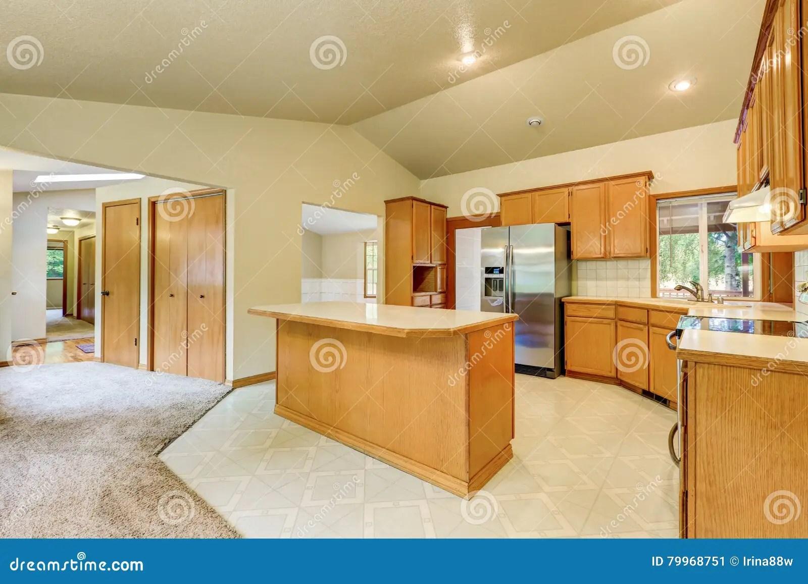 farm kitchen sink bosch suite 厨房室内部在马大农场库存图片 图片包括有顶层 计数器 凳子 西北 厨房室内部在有拱顶式顶棚的马大农场 木舱内甲板镶板了内阁和锦砖地板西北 美国