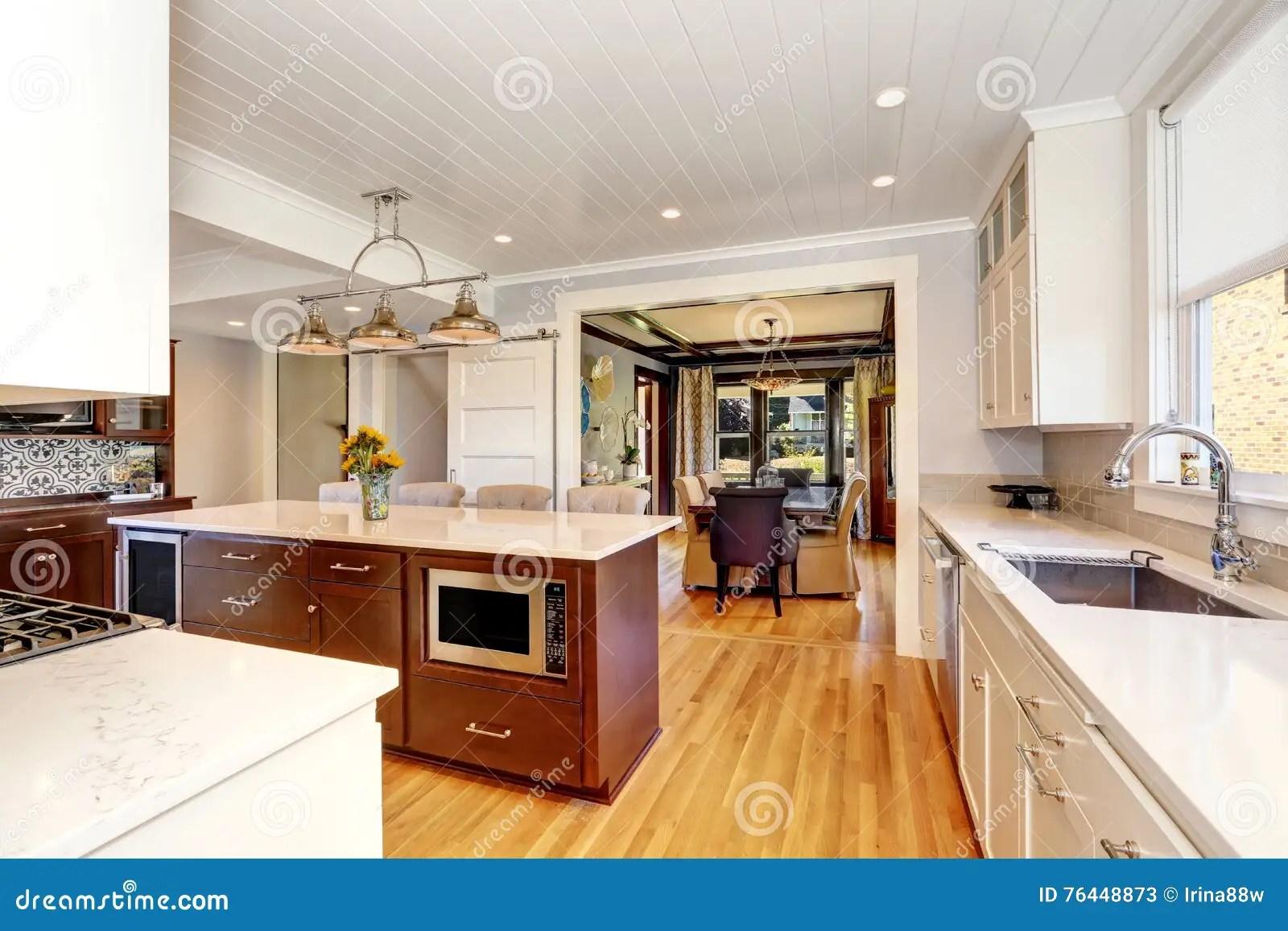 kitchen updates bbq 厨房室白色内部有大厨房的库存图片 图片包括有厨房 更新 庄园 火炉 厨房室白色内部有大厨房 现代下垂光和存贮组合的餐厅在背景中西北 美国
