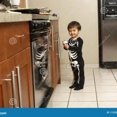 Kitchen Kid Pull Out Drawers 厨房小孩库存照片 图片包括有睡衣 概要 厨房 孩子 户内 烤箱 服装 厨房小孩