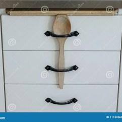 Kids Wood Kitchen Space Savers 厨房抽屉的简单的儿童安全库存照片 图片包括有作用 保护 厨房 孩子 厨房抽屉的简单的儿童安全