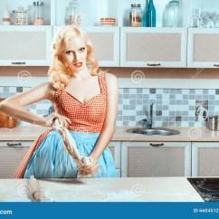 Kitchen Prep Table Remodel Orange County 厨房是妇女在桌上和准备晚餐库存图片 图片包括有高雅 快乐 家事 佣人 厨房是妇女在桌上和准备晚餐