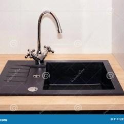 Kitchen Sinks And Faucets Sink Plumbing 厨房水槽和水龙头在一栋现代公寓的厨房里家用电器库存图片 图片包括有 厨房水槽和水龙头在一栋现代公寓的厨房里家用电器