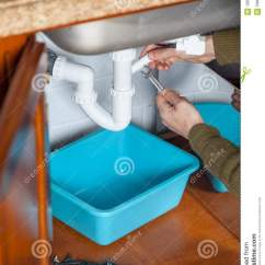 Kitchen Tongs Block On Wheels 厨房测流堰板钳修理库存图片 图片包括有弯曲 现有量 绝缘材料 水管 厨房测流堰板钳修理