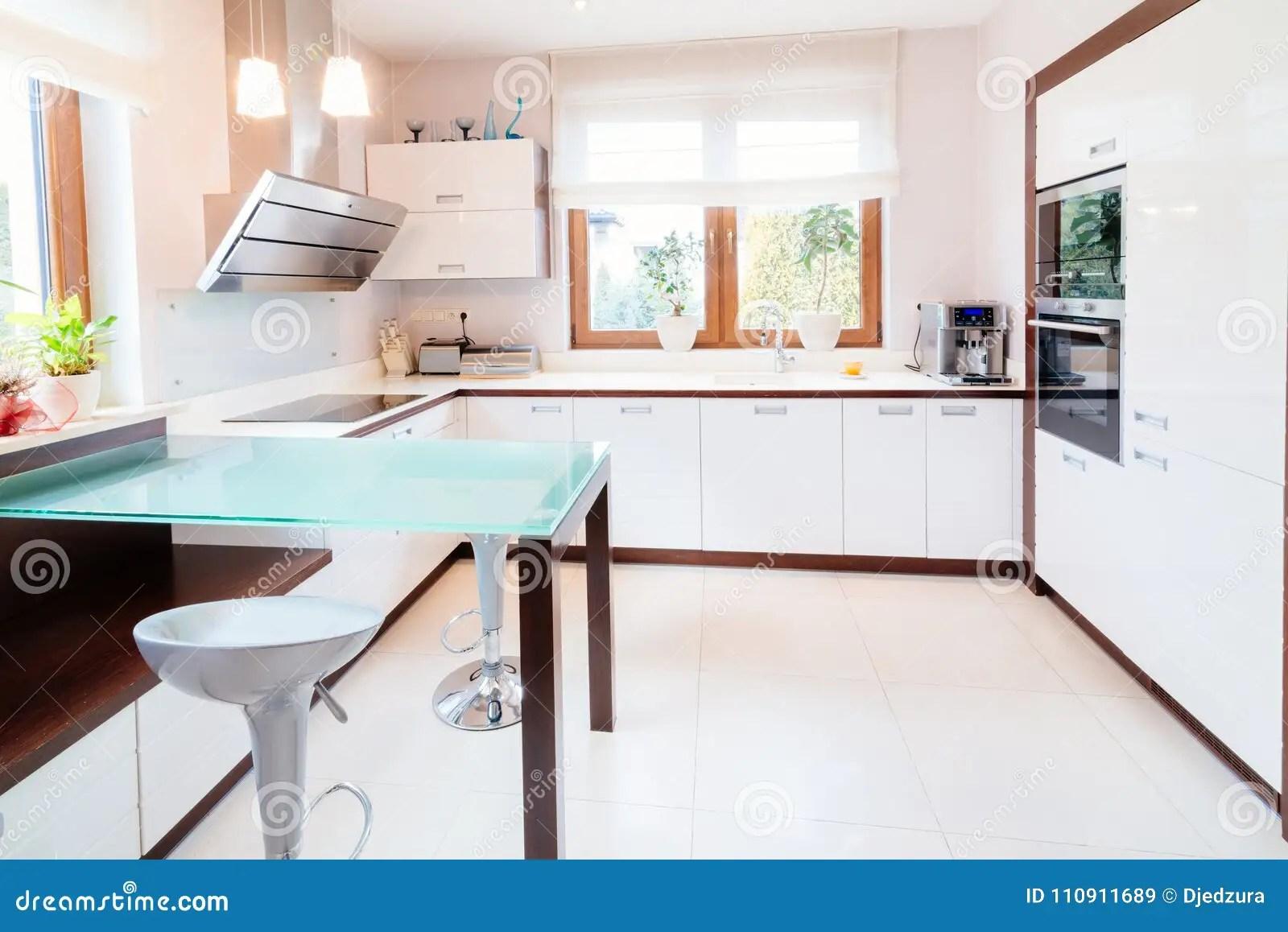 kitchen glass table yellow mat 厨房现代白色库存图片 图片包括有现代 豪华 没人 空白 家具 设计 有玻璃桌和窗口的白色现代厨房