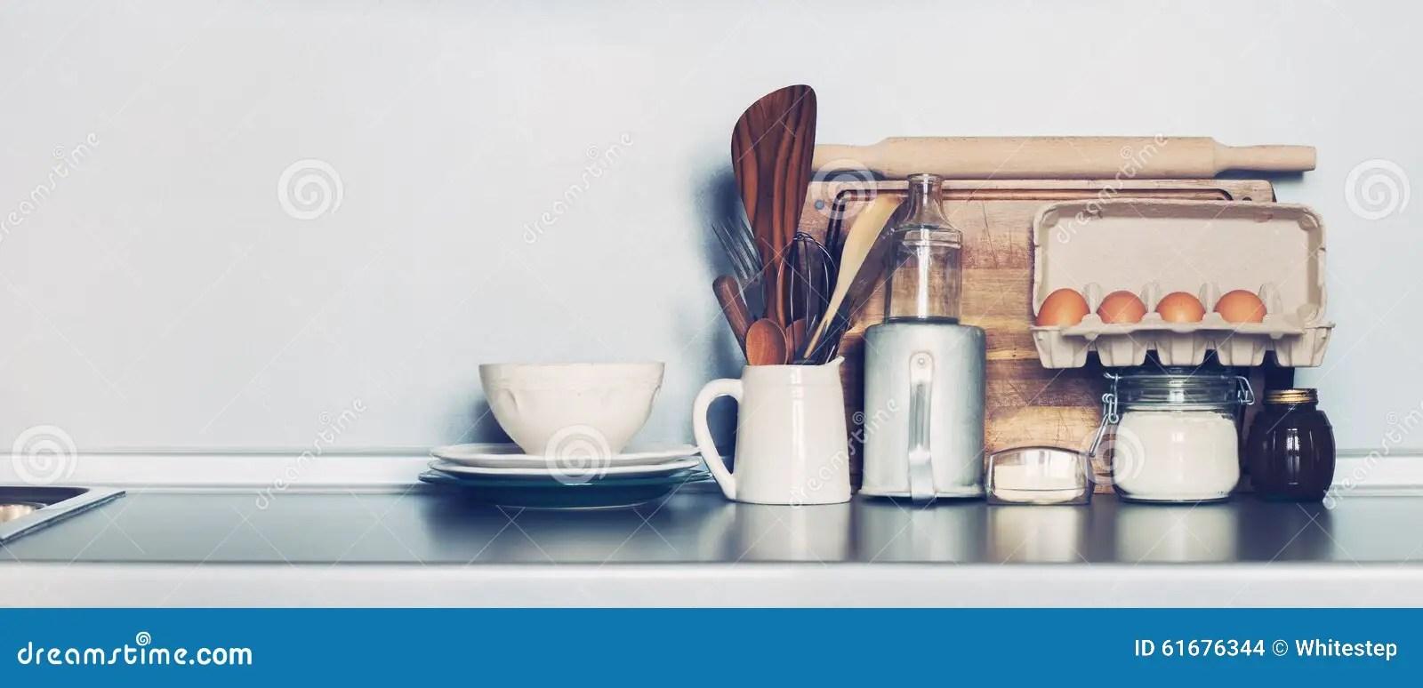 kitchen accent table cleaning wood cabinets 厨房盘 表商品 杂货和另外材料在桌面复制空间库存照片 图片包括有舒适 厨房土气盘 新鲜的杂货和其他另外材料在灰色背景与拷贝空间的被定调子的图象
