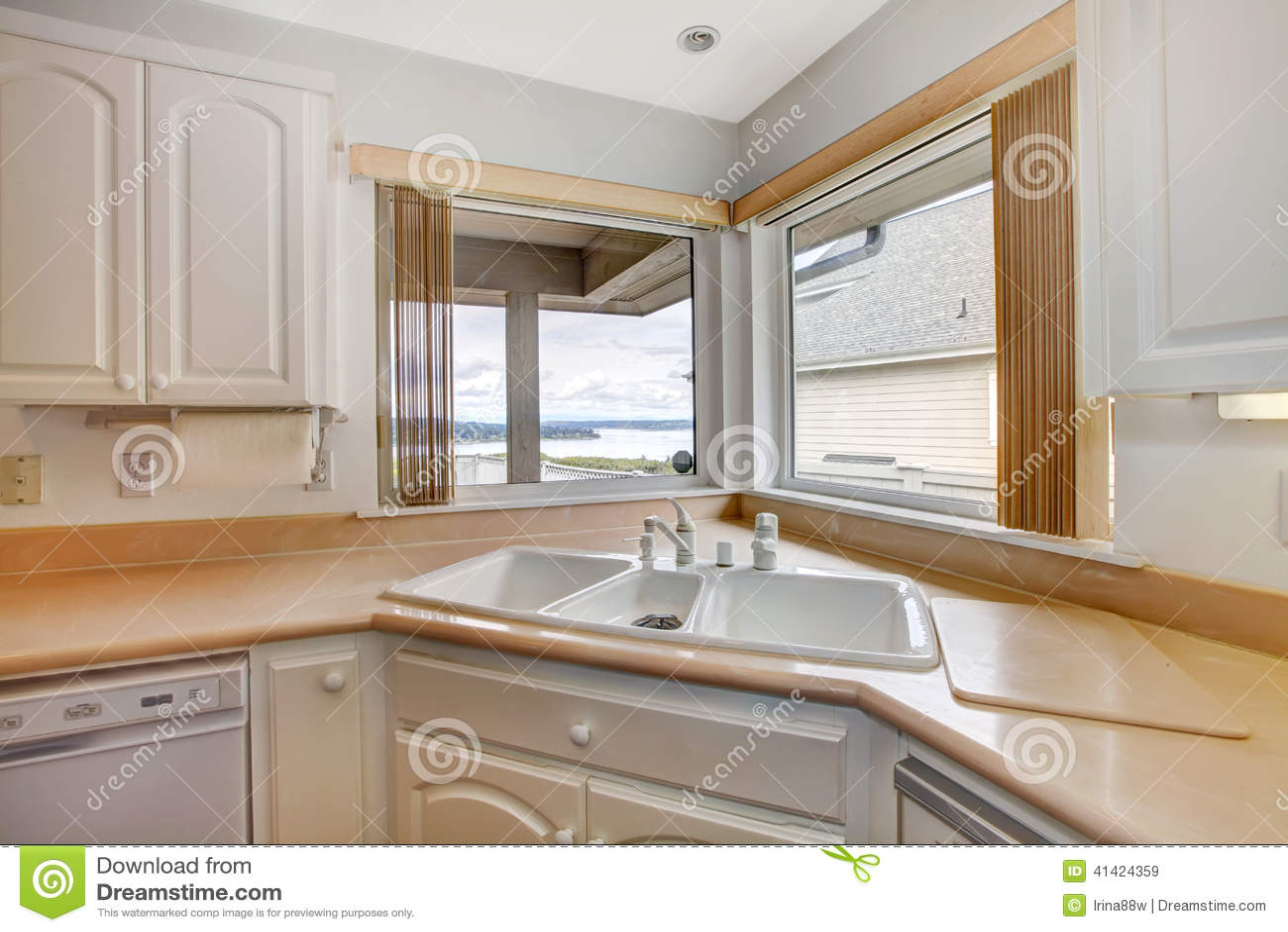 kitchen corner sinks laminate flooring 厨房看法的角落关闭 库存图片. 图片 包括有 墙壁, 室内, 庄园, 实际, 大使, 机柜, 房子, 空白 ...