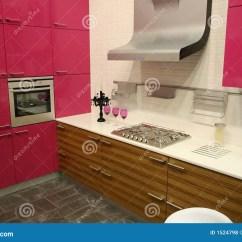 In Stock Kitchens Kitchen Sinks With Drain Boards 厨房粉红色库存照片 图片包括有实际 机柜 财务 粉红色 微波 消耗大 厨房粉红色