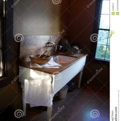 Farm Kitchen Sink Moen Bronze Faucet 厨房老水槽库存图片 图片包括有水槽 装饰 龙头 样式 厨房 简单 厨房老水槽