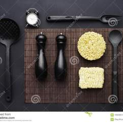 Kitchen Aid Parts Small Design Photos 厨房辅助部件和方便面布局在黑背景顶视图库存图片 图片包括有菜单 即时 厨房辅助部件和方便面布局在黑背景顶视图