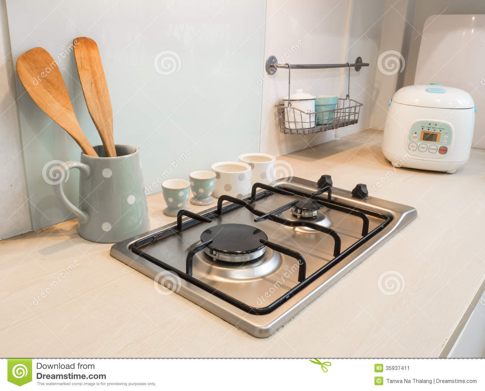 kitchen counters under cabinet lighting options 厨房 柜台火炉烹调 库存图片 图片包括有灌肠器 下来 计数器