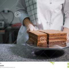 Kitchen Prep Table Remodel Ideas For Small Kitchens 厨房在桌准备好巧克力蛋糕一家糖果店的工作者以通过刀子的一种白色特殊 厨房在桌准备好巧克力蛋糕一家糖果店的工作者以通过刀子的一种白色特殊格式切开a 股票视频 视频包括有糖果 服务台 83273363