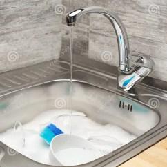 Blue Kitchen Sink Narrow Cabinet 厨房水槽用水 泡沫 碗筷 蓝色清洁海绵库存图片 图片包括有管理 程序 充分关闭与连续自来水的厨房水槽泡沫 碗筷和蓝色清洁海绵