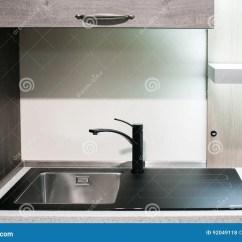 Gold Kitchen Faucet Aid Microwave 厨房水槽角度图与金龙头的库存照片 图片包括有aº 当代 发光 没人 厨房水槽角度图与金龙头的