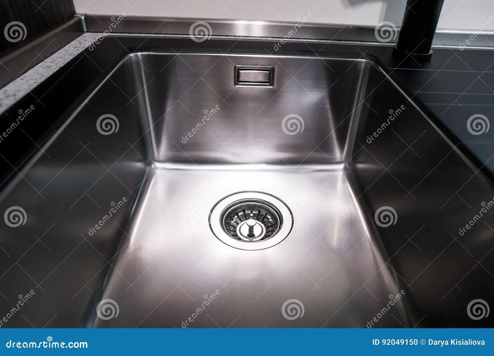 gold kitchen faucet apron front sink 厨房水槽角度图与金龙头的库存照片 图片包括有照亮 厨房 金属 管道 厨房水槽角度图与金龙头的