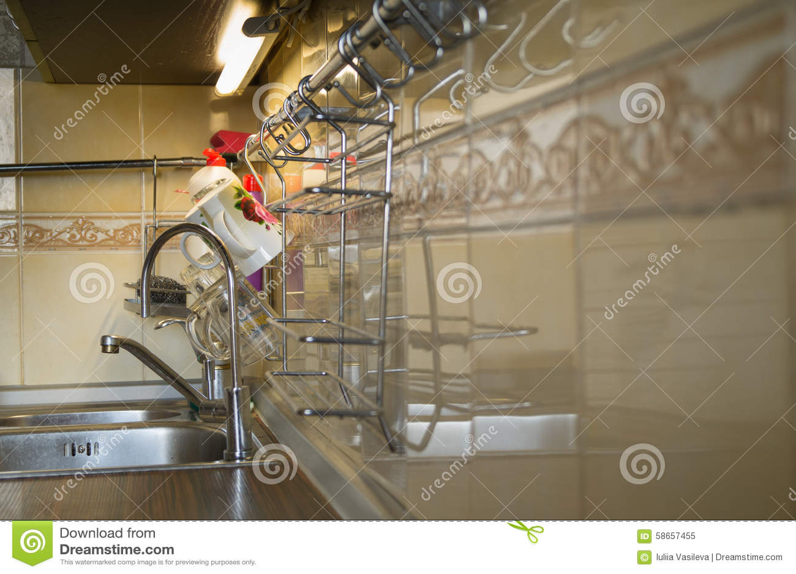 kitchen sink strainers sub zero wolf 厨房水槽过滤器库存图片 图片包括有水槽 内部 房子 弯脚的 瓦片 不 厨房水槽过滤器