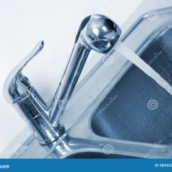 Kitchen Faucet Adapter Small Remodels 厨房水龙头和水槽库存照片 图片包括有阀门 建筑 专业人员 房子 住宅 厨房水龙头和水槽