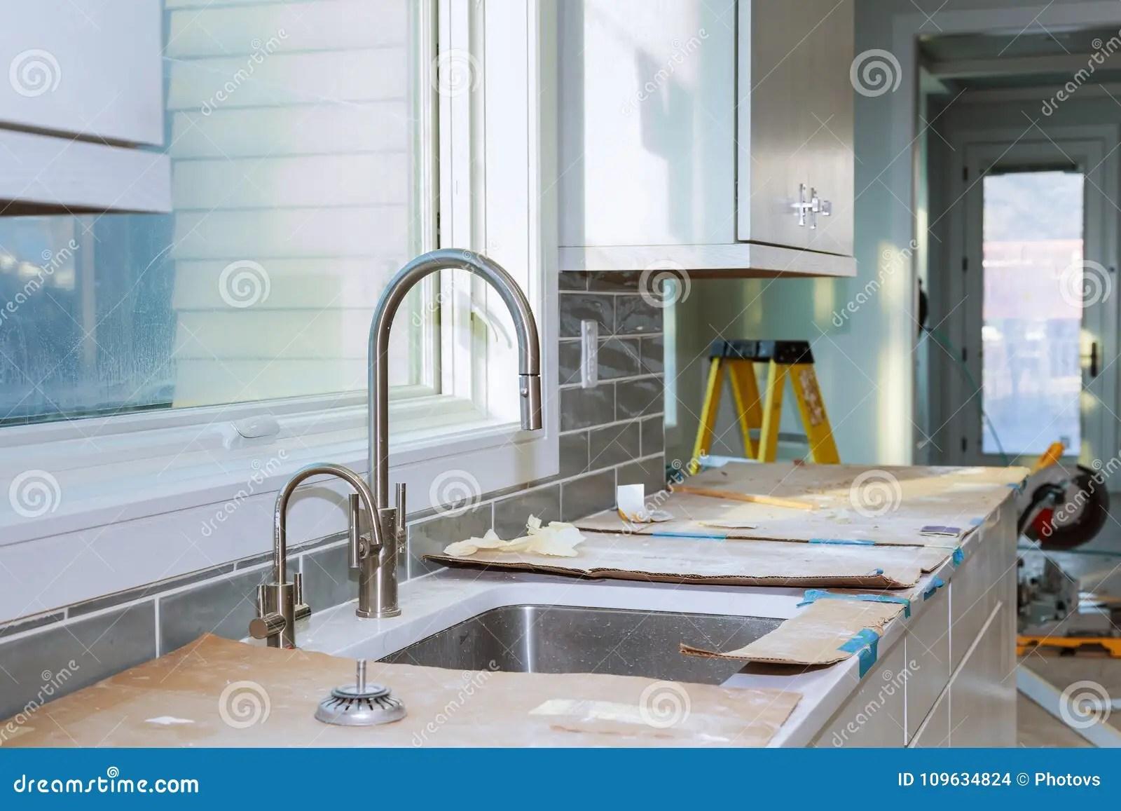 remodel a kitchen and bath remodeling contractors 厨柜设施改善改造worm x27 在一个新的厨房安装的s视图库存照片 图片 厨柜设施改善厨房改造worm 在一个新的厨房安装的s视图