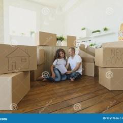 Mobile Home Kitchens Kitchen Cabinet Storage Organizers 结合计划他们新的厨房选址在地板移动向一个新的公寓和运载的箱子的年轻 愉快的家庭搬入一栋新的公寓