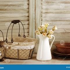 Kitchen Lanterns 4 Stool Island 土气厨房静物画库存图片 图片包括有设计 灯笼 内部 国家 地区 土气厨房静物画 铁丝网筐 水罐有玫瑰束的 陶瓷餐具和灯笼反对葡萄酒木快门被过滤的被定调子的图象