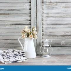 Kitchen Lanterns Pro Style Faucet 土气厨房静物画库存照片 图片包括有灯笼 装饰 生活方式 农舍 快门 土气厨房静物画 有玫瑰束 毛巾堆和灯笼的白色水罐反对葡萄酒木快门