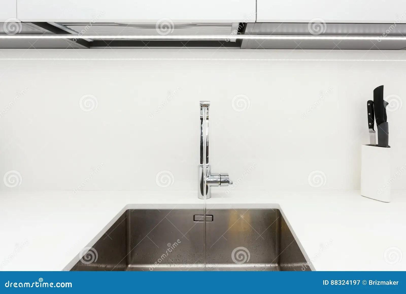 24 kitchen sink island carts 在不锈钢厨房水槽的现代设计师镀铬物水龙头明亮的白色厨房内部库存图片 在不锈钢厨房水槽的现代设计师镀铬物水龙头明亮的白色厨房内部