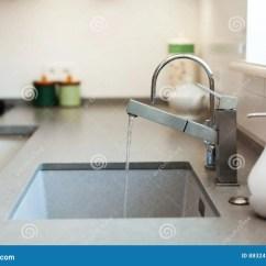 24 Kitchen Sink Island With Trash Can 在不锈钢厨房水槽的现代设计师镀铬物水龙头库存照片 图片包括有房子 在不锈钢厨房水槽的现代设计师镀铬物水龙头