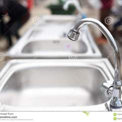 Kitchen Sinks And Faucets Refinish Or Replace Cabinets 在不锈钢厨房水槽的水龙头库存照片 图片包括有管道 家庭 夹具 干净 在不锈钢厨房水槽的水龙头