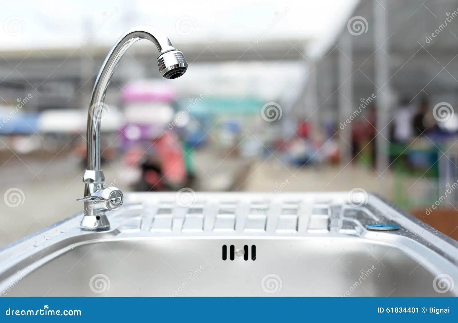kitchen sinks and faucets freestanding 在不锈钢厨房水槽的水龙头库存图片 图片包括有设计 金属 bastien 在不锈钢厨房水槽的水龙头