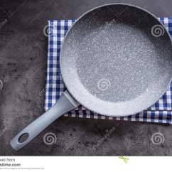 Kitchen Fork Modern Knobs 在具体厨房板的陶瓷平底锅背景分叉厨房六器物白色空的平底锅库存图片 在具体厨房板的陶瓷平底锅背景分叉厨房六器物白色空