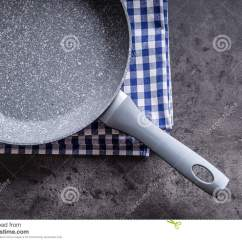Kitchen Fork Mechanical Scale 在具体厨房板的陶瓷平底锅背景分叉厨房六器物白色空的平底锅库存照片 在具体厨房板的陶瓷平底锅背景分叉厨房六器物白色空