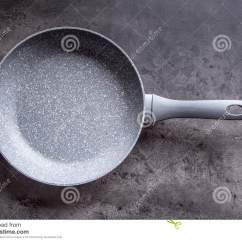 Kitchen Fork Sink White 在具体厨房板的陶瓷平底锅背景分叉厨房六器物白色空的平底锅库存图片 在具体厨房板的陶瓷平底锅背景分叉厨房六器物白色空