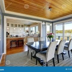 Teal Kitchen Rugs Aid Hand Mixer 在华美的食家厨房旁边的蓝色餐厅库存照片 图片包括有庄园 内部 空间 正式餐厅以藏青色墙壁 在黑餐桌的木板条天花板为特色与在灰色镶边地毯上面的花卉教区牧师椅子大窗口俯视华盛顿湖西北 美国