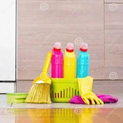 Cleaning Kitchen Floors Coffee Signs Decor 在厨房地板上的清洁产品库存照片 图片包括有房子 擦净剂 笤帚 对象 关闭清洁产品和设备在厨房地板上在内阁前面家务概念