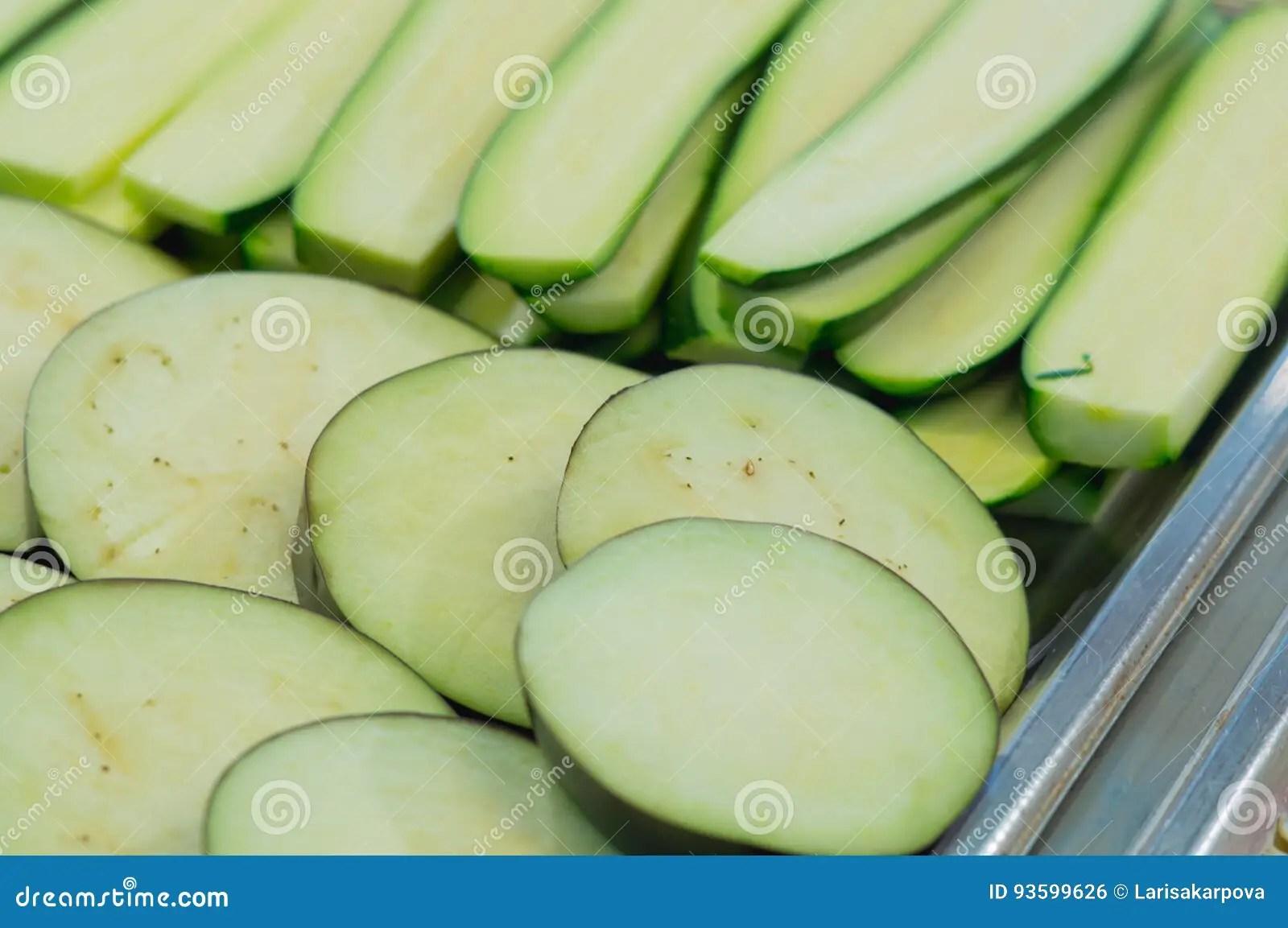 kitchen counter table sets ikea 在厨房柜台切的新鲜的夏南瓜烹调的蔬菜库存照片 图片包括有生活方式 在厨房柜台切的新鲜的夏南瓜烹调的蔬菜