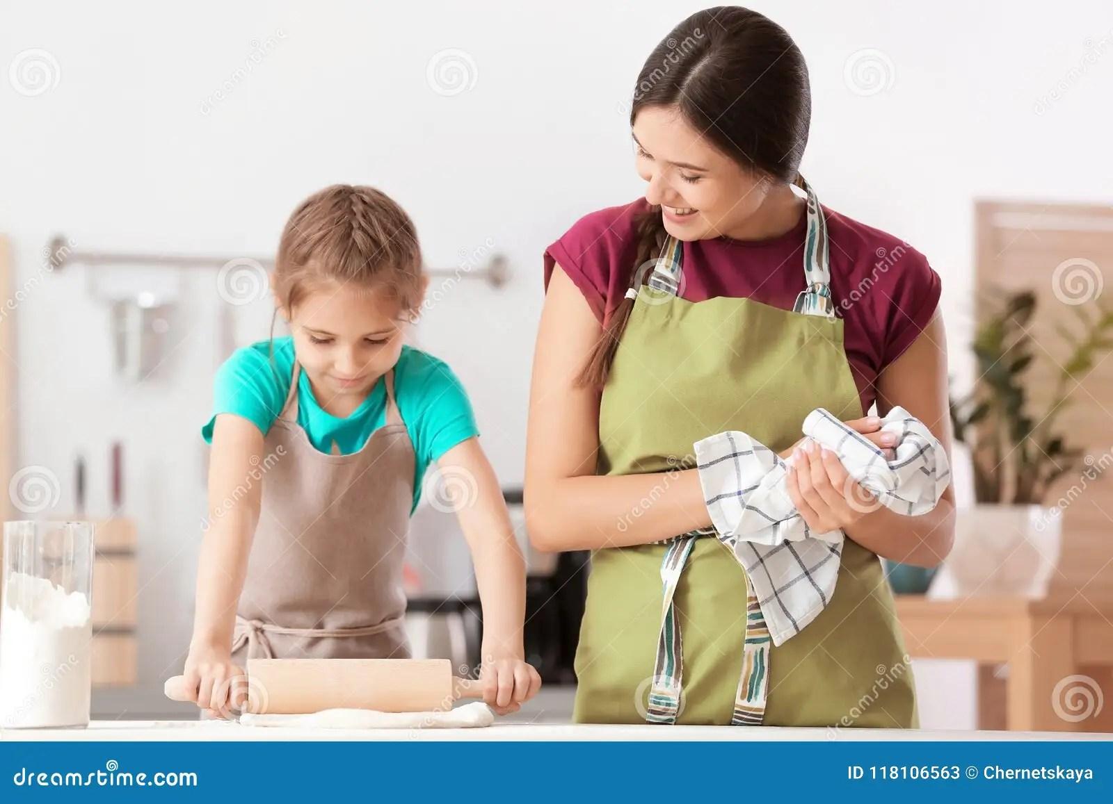 kitchen prep table pendant lighting over island 在厨房里照顾和她的准备面团的女儿在桌上库存图片 图片包括有系列 有 在厨房里照顾和她准备面团的逗人喜爱的女儿在桌上