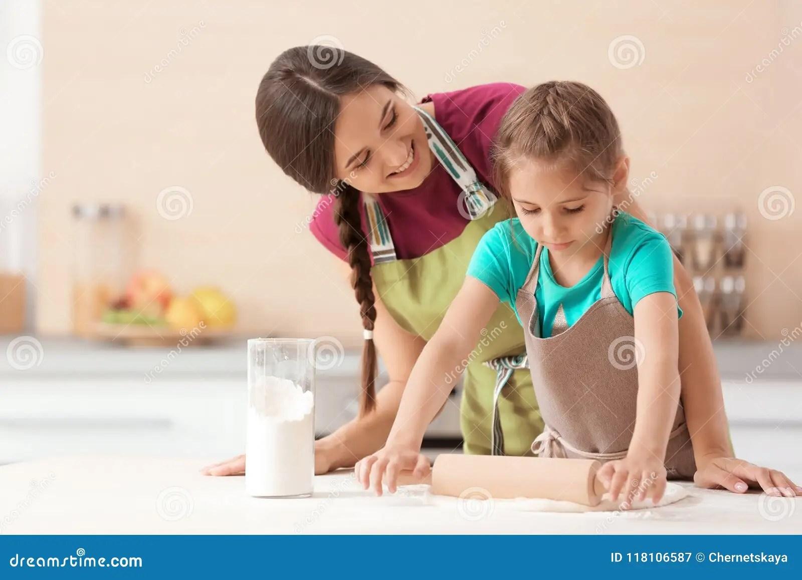 kitchen prep table oxo tools 在厨房里照顾和她的准备面团的女儿在桌上库存图片 图片包括有女性 烘烤 在厨房里照顾和她准备面团的逗人喜爱的女儿在桌上