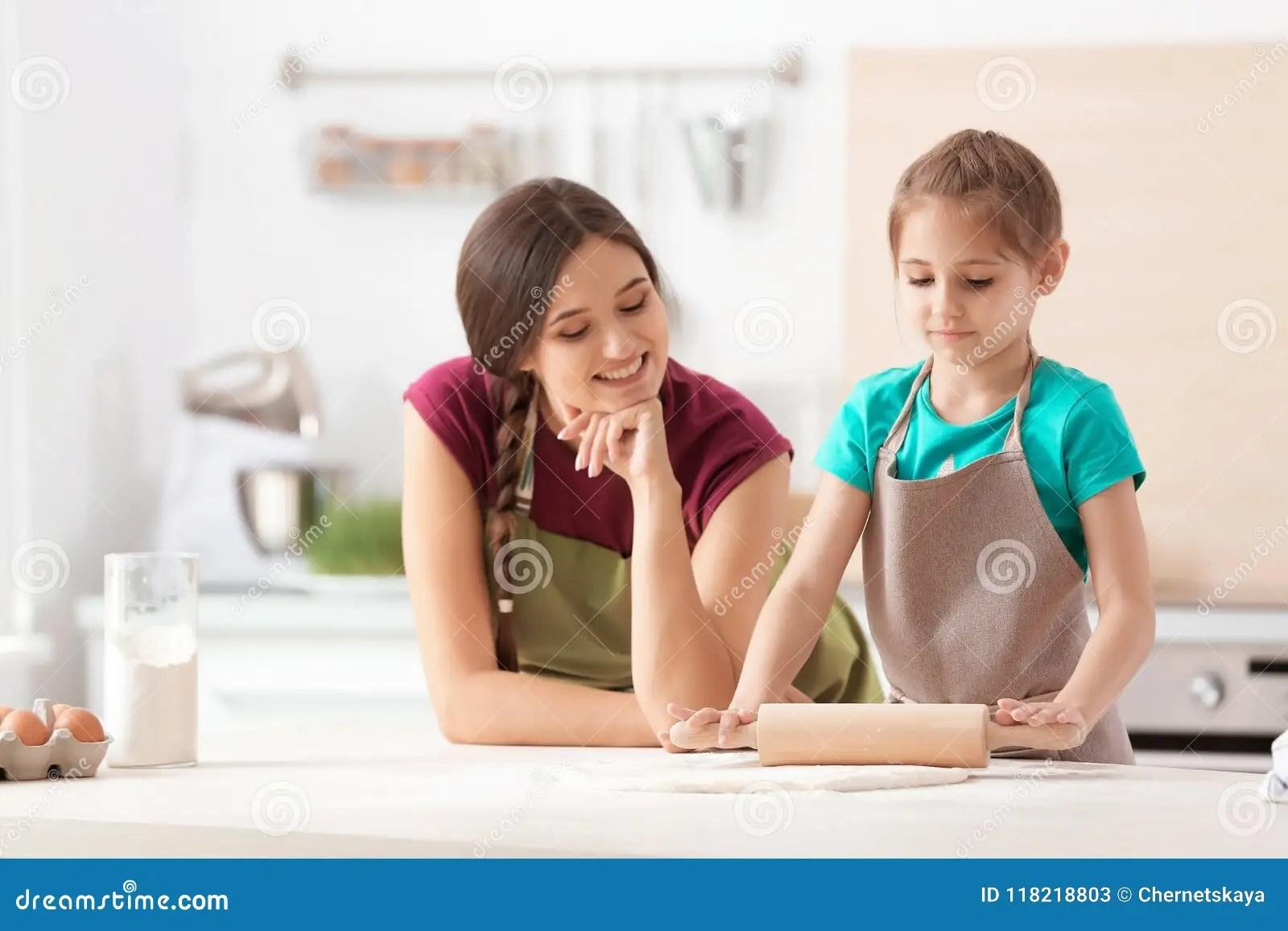 kitchen prep table design my 在厨房里照顾和她的准备面团的女儿在桌上库存图片 图片包括有厨房 乐趣 在厨房里照顾和她准备面团的逗人喜爱的女儿在桌上