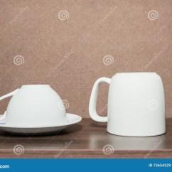 Blonde Kitchen Cabinets Showrooms 在厨柜的加奶咖啡杯子库存图片 图片包括有陶器 牌照 工具 咖啡 刀叉 在厨柜的加奶咖啡杯子