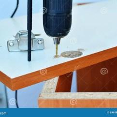 Kitchen Cabinet Door How Much Does Remodel Cost 在厨柜门的铰接装置库存照片 图片包括有金属 工具 家具 查询 拧紧 在厨柜门的铰接装置