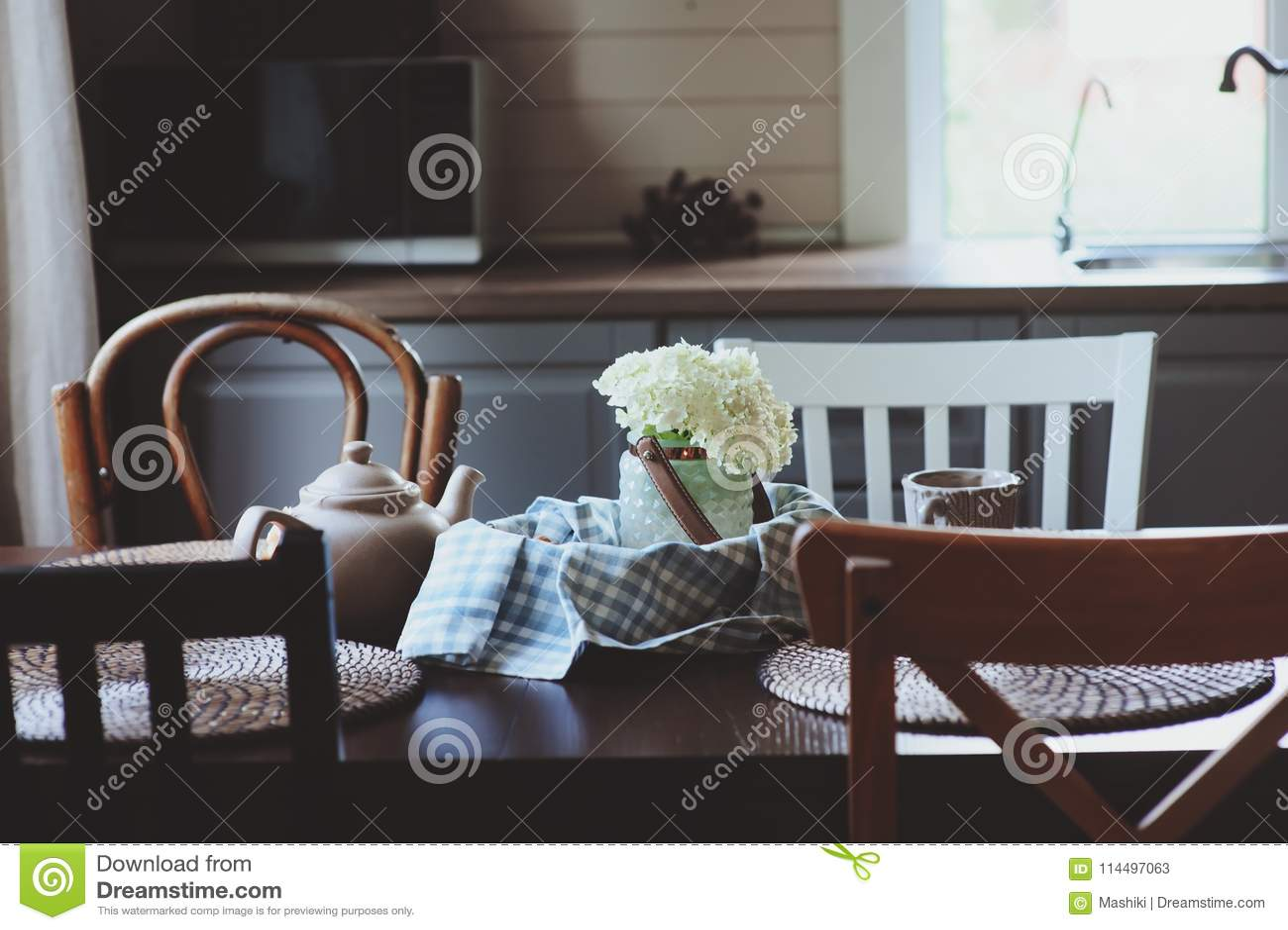 summer kitchens kitchen buffet furniture 在土气乡间别墅厨房的舒适夏天早晨茶 鲜花曲奇饼和花束库存图片 图片 鲜花曲奇饼和