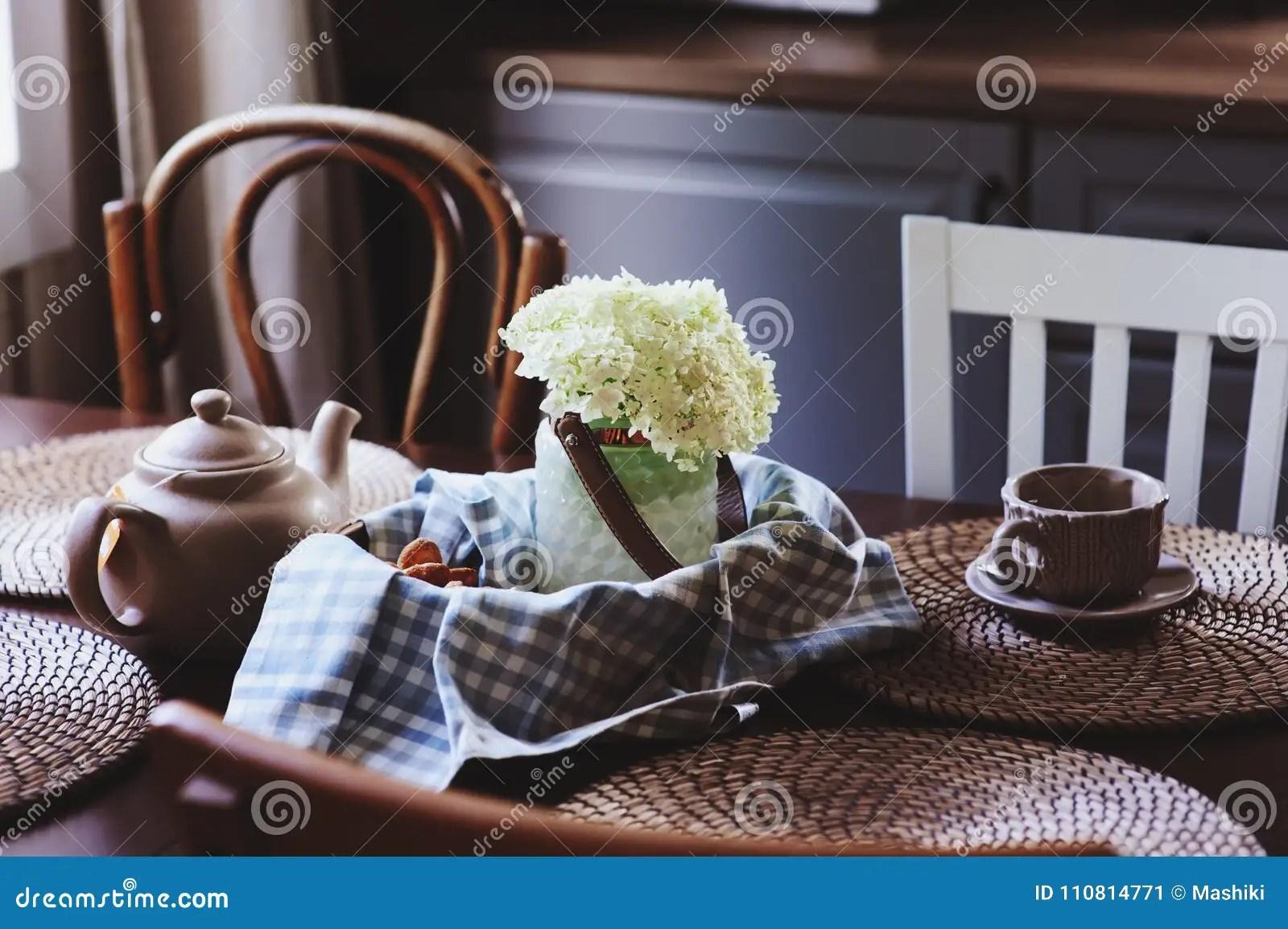 summer kitchens portable kitchen islands 在土气乡间别墅厨房的舒适夏天早晨库存图片 图片包括有增长 咖啡 概念 在土气乡间别墅厨房的舒适夏天早晨