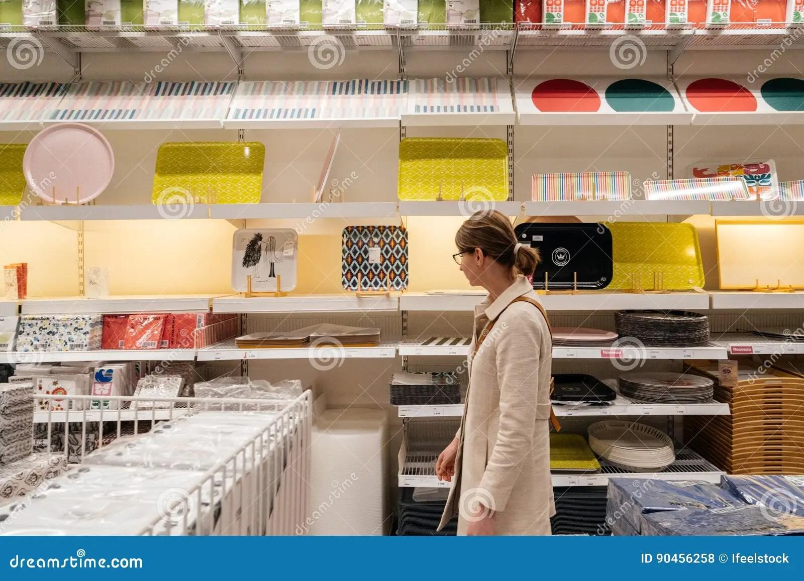 ikea kitchen lighting appliance suite 在宜家家具店的妇女购物编辑类库存照片 图片包括有厨房 销售额 家具 巴黎 法国 2017年4月10日 不同的厨房辅助部件的妇女购物在宜家超级市场家具店里面