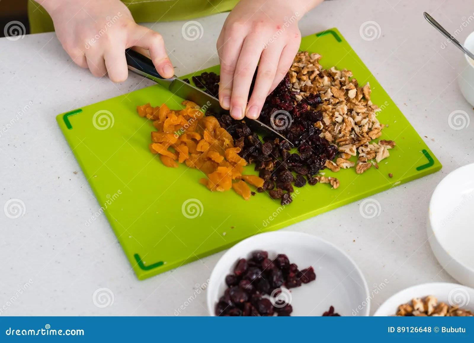 kitchen reno design services online 在家准备格兰诺拉麦片在厨房里库存照片 图片包括有滑稽 了解 果子 格 在家准备在厨房 健康吃概念的格兰诺拉麦片