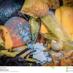 Kitchen Compost Container Three Hole Faucet 在容器特写镜头宏指令的厨房废削皮库存照片 图片包括有垃圾 转储 果子 在容器特写镜头宏指令的厨房废削皮