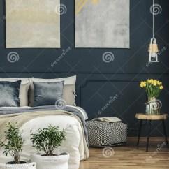Kitchen Stools With Backs Www Designs Layouts 在床和凳子之间的无背长椅库存照片 图片包括有平面 装饰 蓝色 坐垫 在床和凳子之间的无背长椅